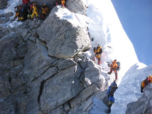 На горе в 100м альпенист у него веревка в 75м
